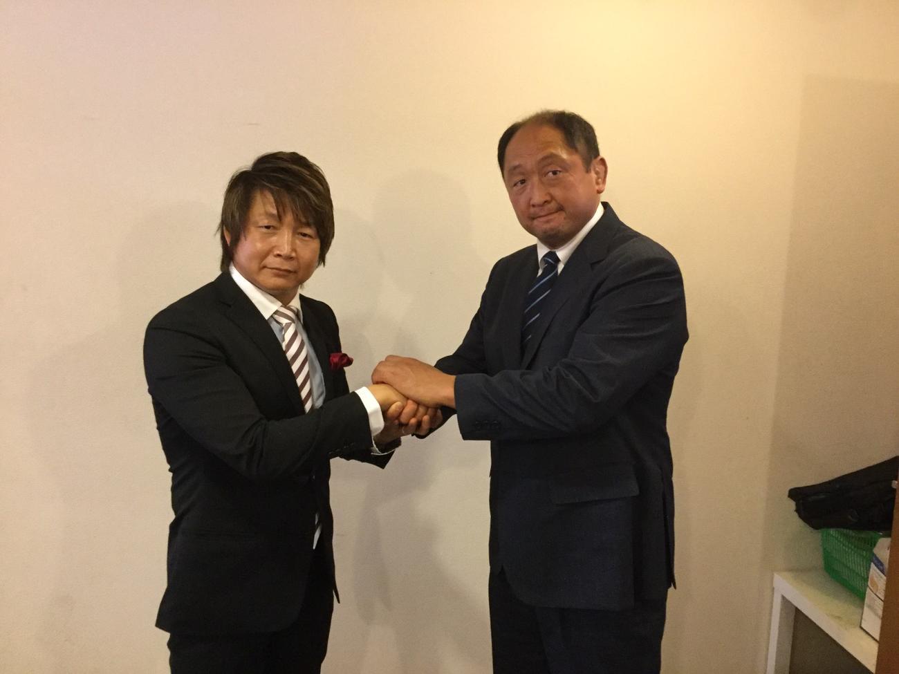 消毒した後に握手する日高郁人(左)と大谷晋二郎(プロレスリングゼロワン提供)