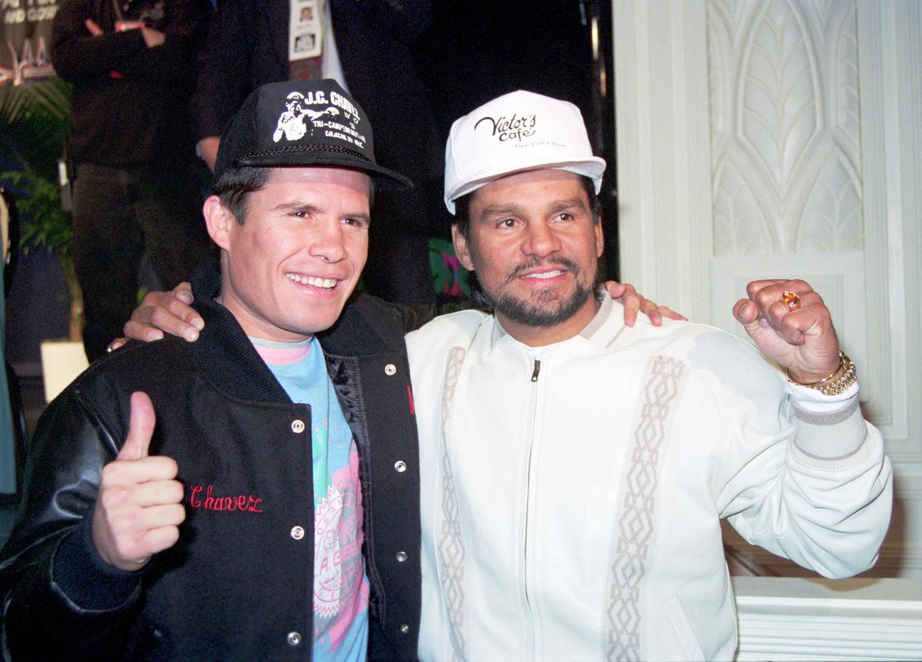 記念撮影に納まるWBC・IBF世界ジュニアウエルター級(現スーパーライト級)王者のフリオ・セサール・チャベス(左)と元4階級制覇王者のロベルト・デュラン(1991年3月16日撮影)