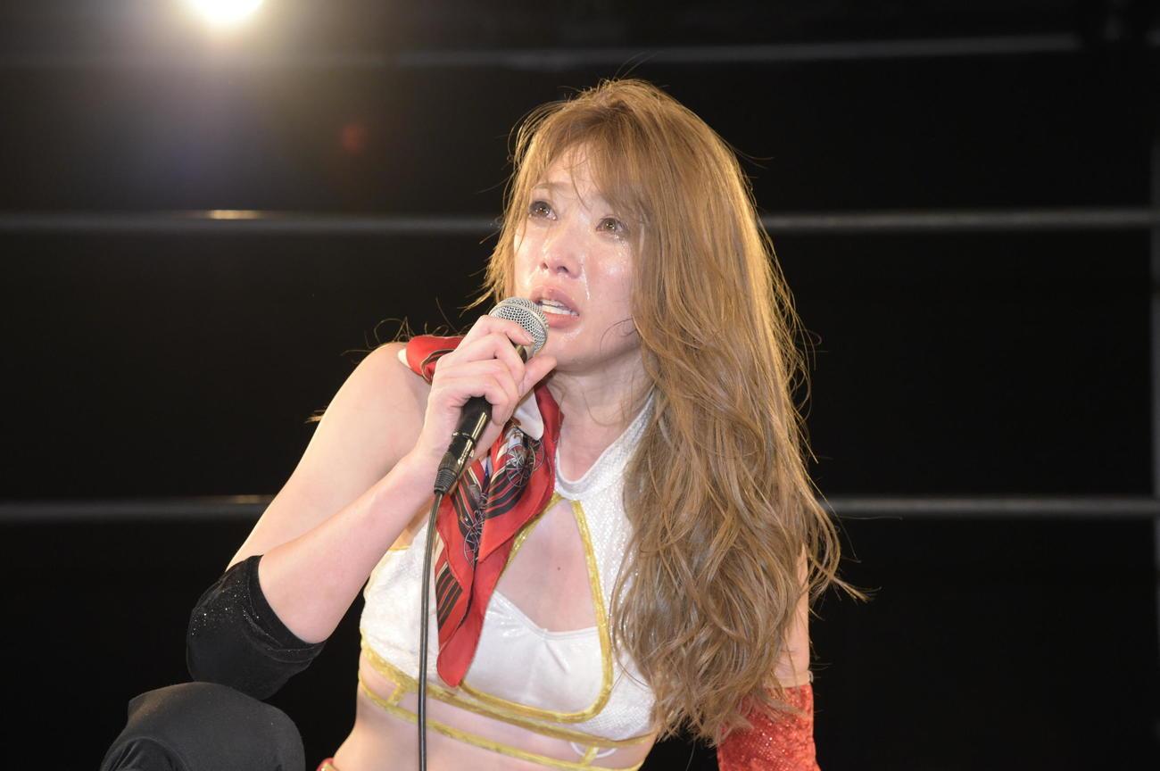涙を流しながら7番勝負を振り返る赤井沙希(DDTプロレスリング提供)