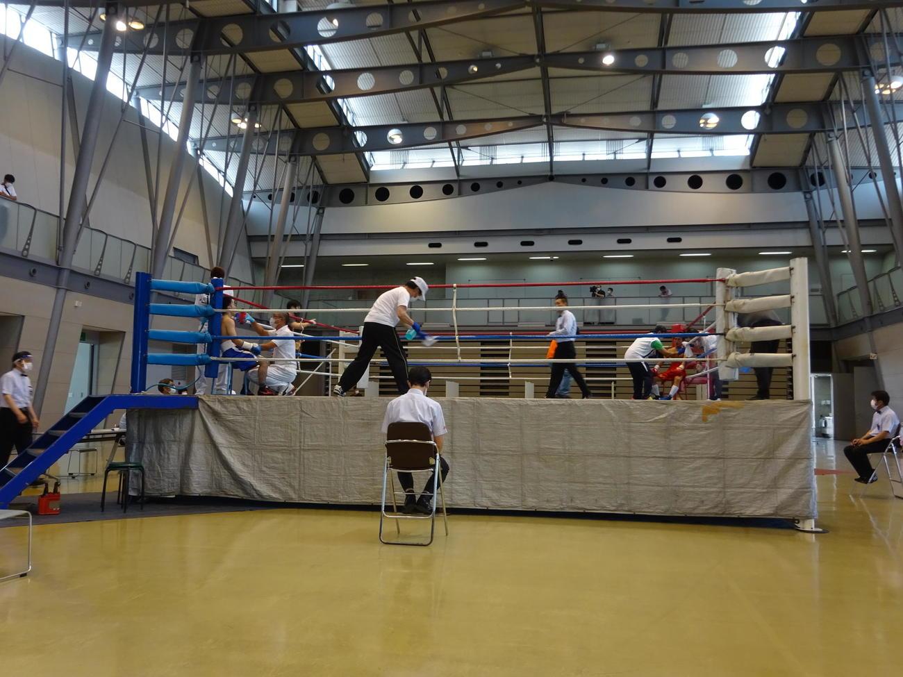 コロナ禍後初の国内プロボクシング興行。試合の合間、ロープなどの消毒作業が行われた(撮影・加藤裕一)