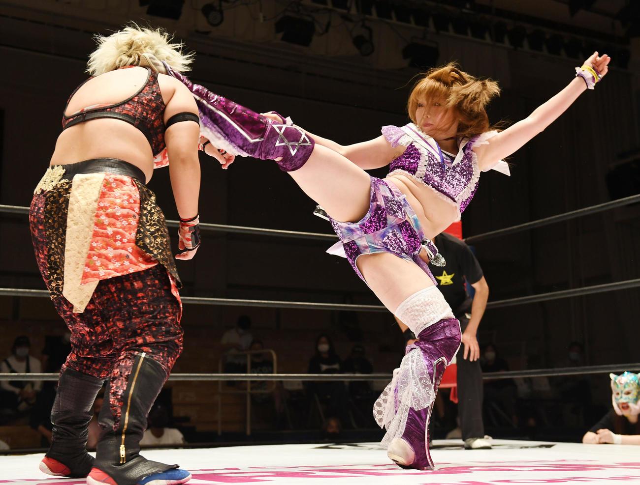 刀羅ナツコ(左)に蹴りを決める中野たむ(撮影・横山健太)