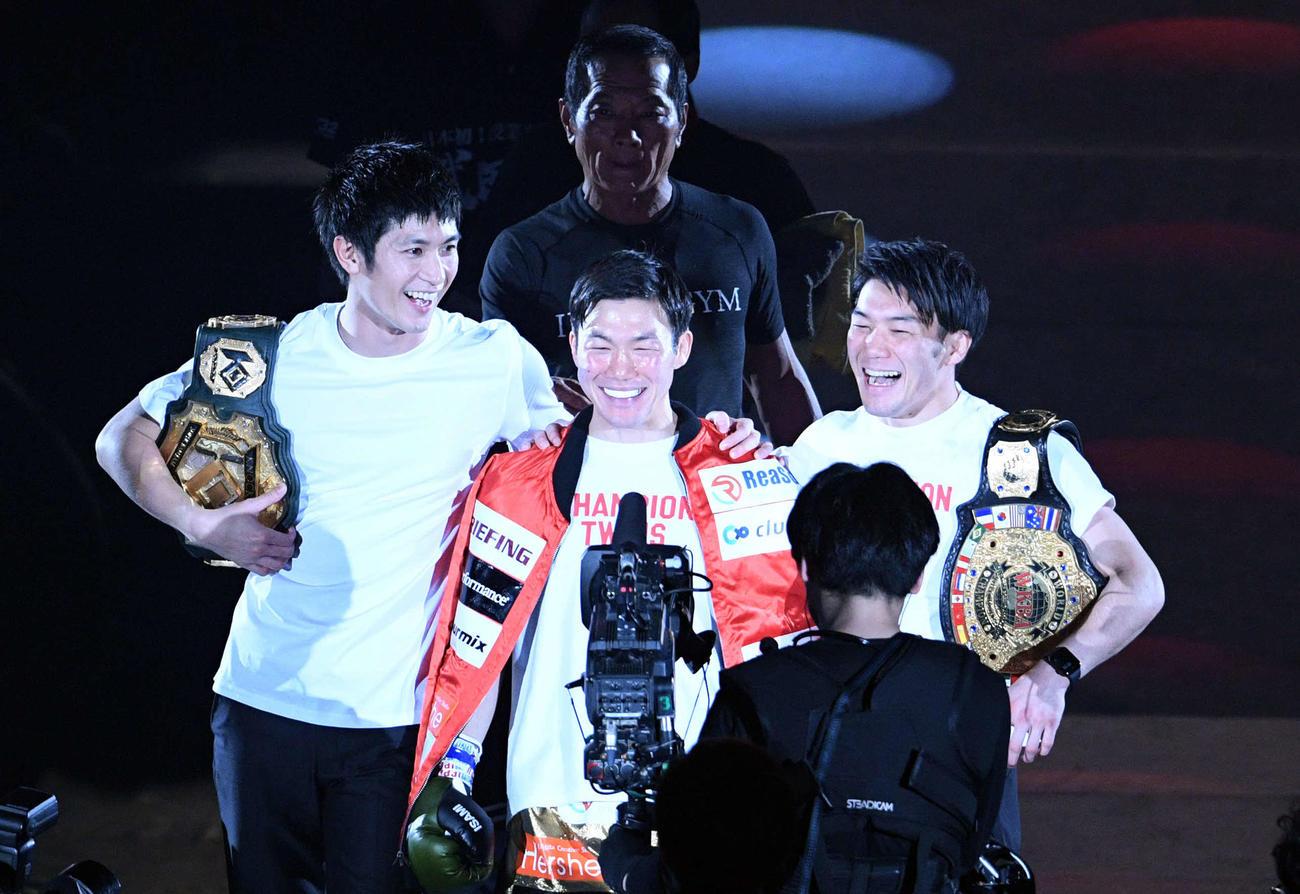 「RIZIN20」で那須川天心と対戦する江幡塁(中央)と、入場する三浦春馬さん(左)。右は江幡睦(19年12月31日)