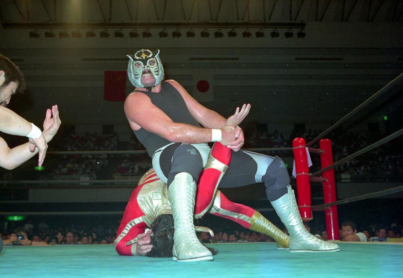 新日本IWGPジュニア選手権 獣神サンダーライガー(下)にアームロックを決めるブラック・タイガー(1989年7月12日撮影)