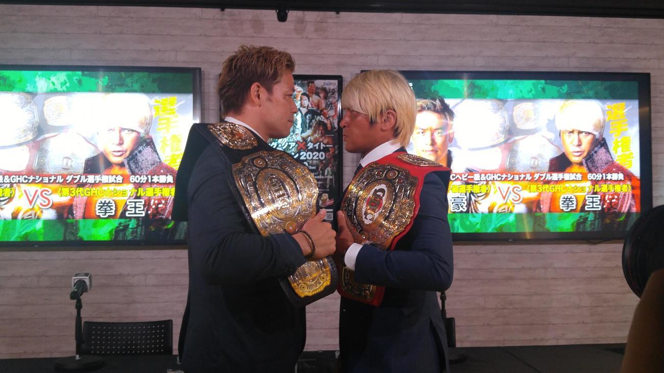 10日ノア横浜文体大会での2冠戦に向け、調印式をを行ったGHCヘビー級王者潮崎豪(左)とGHCナショナル王者拳王