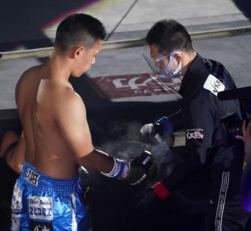 松倉信太郎対森興二 試合前、消毒を受ける森(左)(撮影・江口和貴)