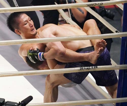 元谷友貴対魚井フルスイング 3回、魚井(右)にKO勝ちする元谷(撮影・江口和貴)