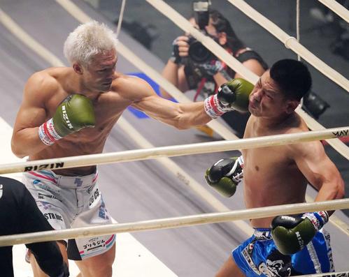 松倉信太郎対森興二 1回、森(右)にパンチを決める松倉(撮影・江口和貴)