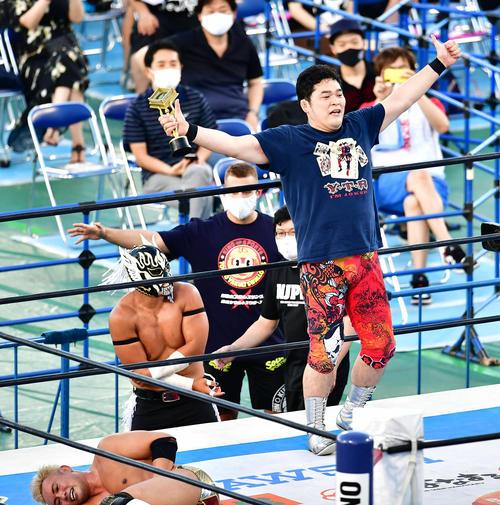 KOPW決定戦で優勝トロフィーを提示矢野通(撮影小沢有)