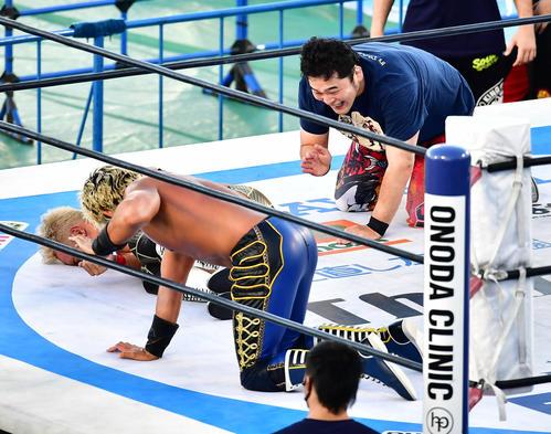 KOPW決定戦優勝した矢野(右)は、リンゴのような顔をして(撮影小沢有)