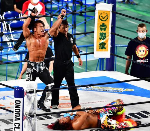 ダカハシウル破りIWGPジュニアヘビー級新チャンピオンになった石森ベルトを掲げる(撮影小沢有)