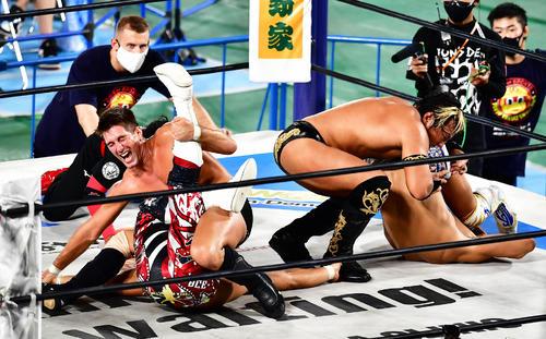 IWGPタッグ選手権試合の初防衛に成功し、雄たけびを上げるザック・セイバーJr.(左)(撮影・小沢裕)