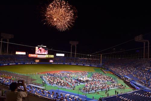 新日本プロレス神宮球場大会は成功に終わり内藤の合図で花火が打ち上がった(撮影・小沢裕)
