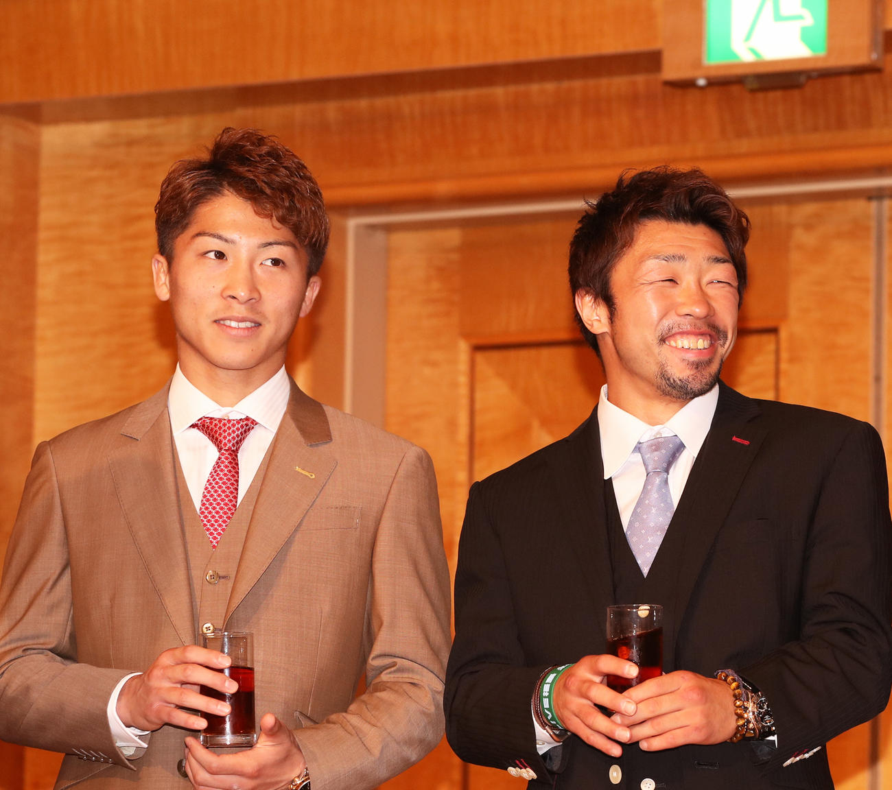井上尚弥(左)と八重樫東(2018年6月5日撮影)