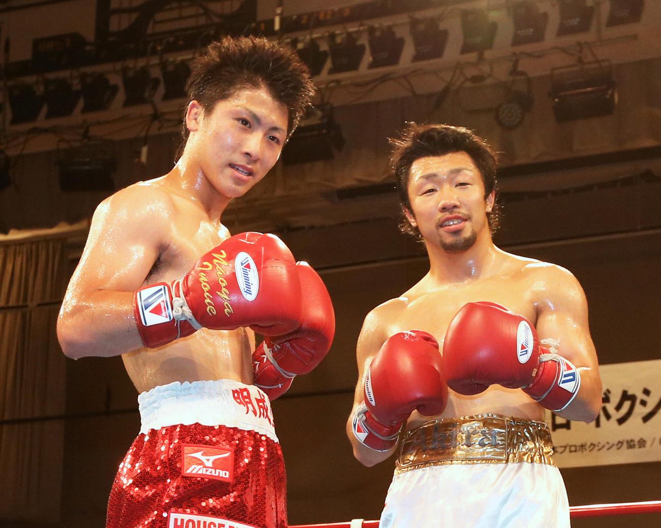 特別スパーリングを終えポーズをとる井上尚弥(左)と八重樫東(2014年5月19日撮影)