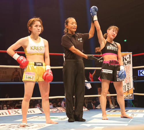 K-1 WORLD GP2020JAPAN K-1女子ミニマム級 MIO(左)に判定勝ちする高梨(撮影・清水貴仁)