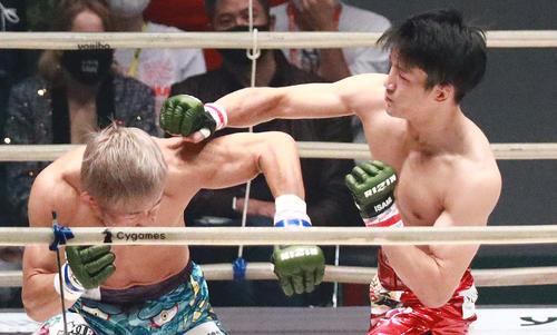 昇侍(左)にパンチをぶち込む朝倉海(撮影・中島郁夫)