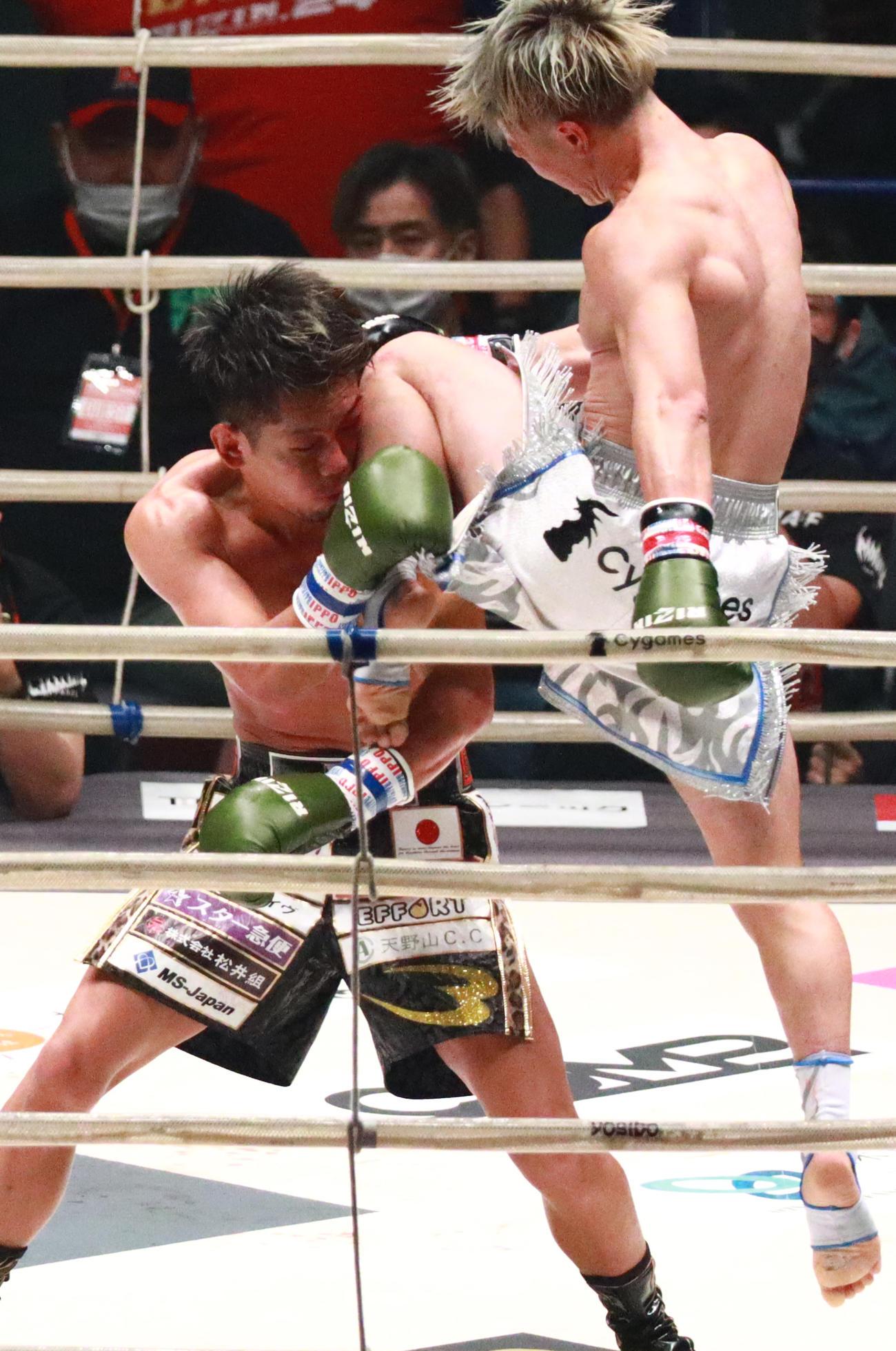 皇治(左)に飛び膝蹴りを決める那須川(撮影・中島郁夫)