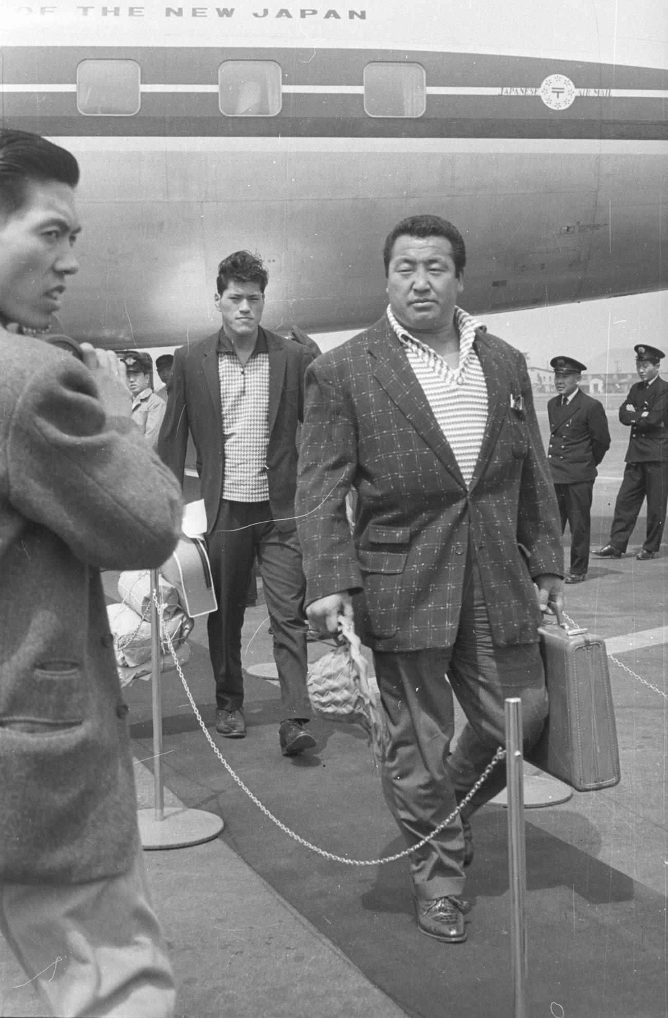 力道山と帰国したブラジルからの新弟子、猪木完至=1960年4月10日