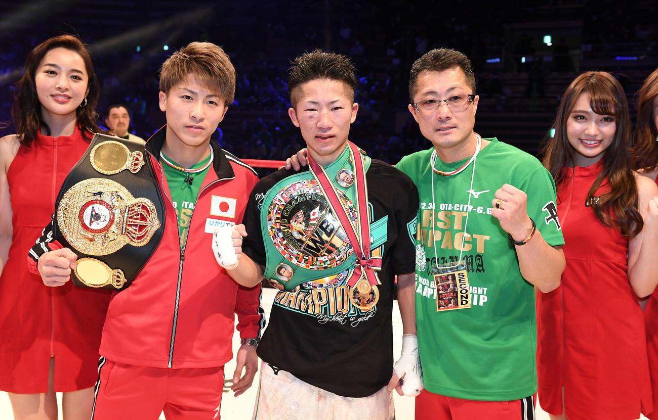 18年12月、判定勝ちで暫定王座に就き、兄尚弥(左)、父真吾さん(右)とポーズをとる