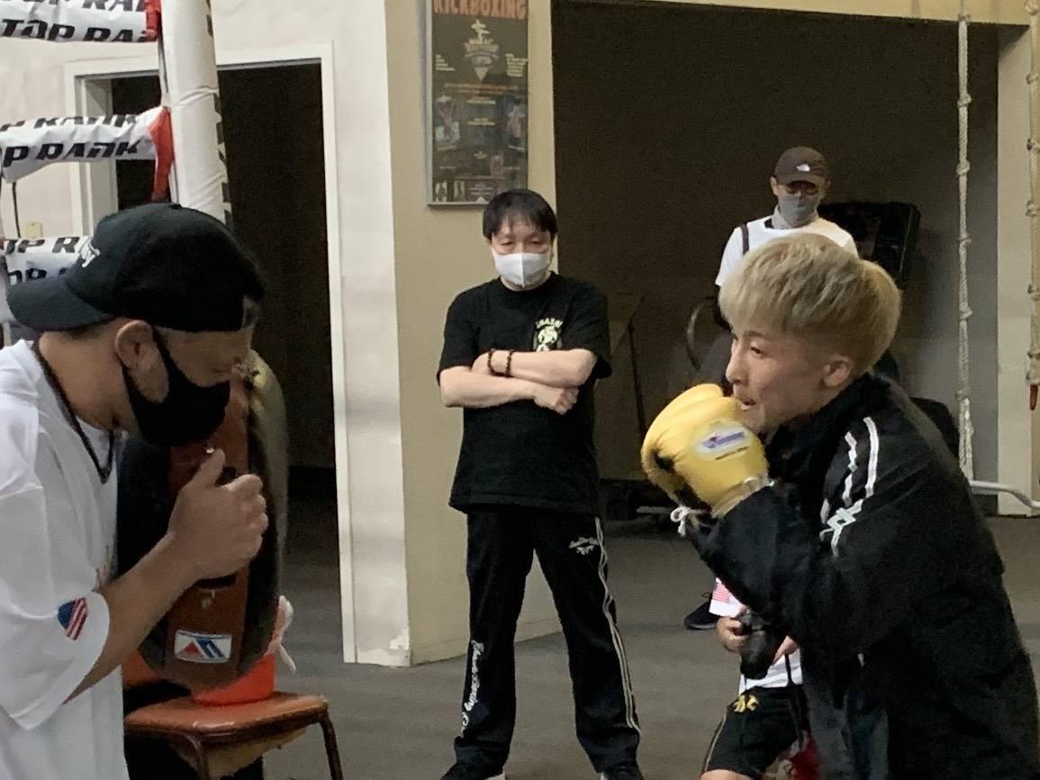 松本好二トレーナー(左)が持つドラムミット打ちする井上尚弥(右)。中央は大橋秀行会長(大橋ジム提供)