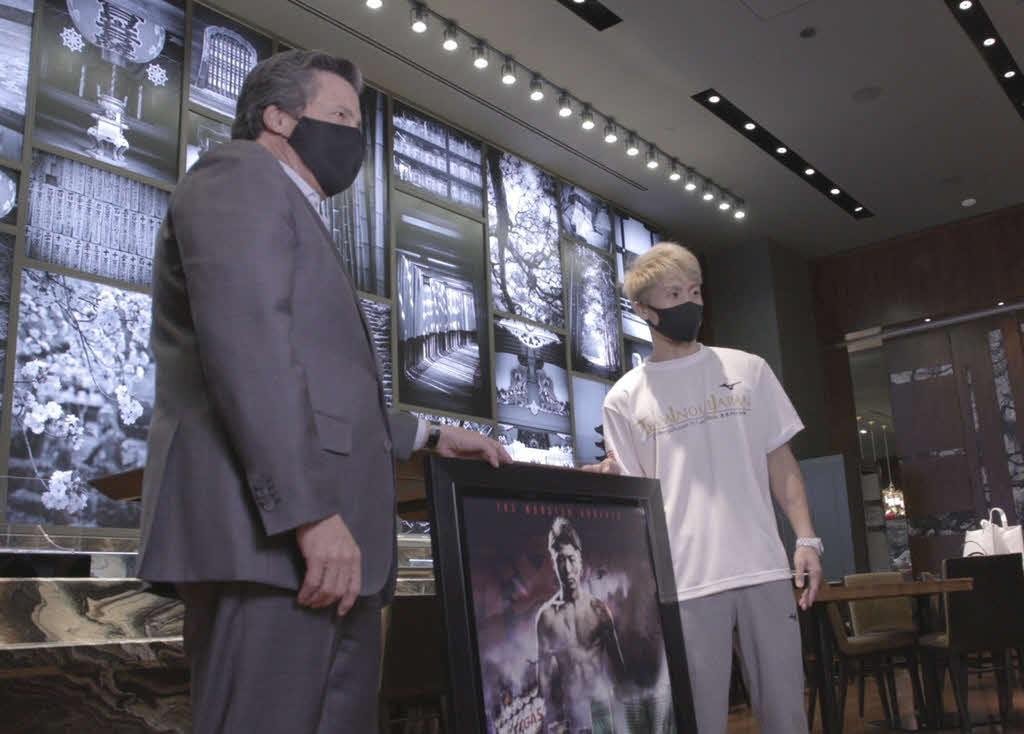 MGMリゾーツのホーンバックル社長と面会した井上尚弥(右)(大橋ジム提供)