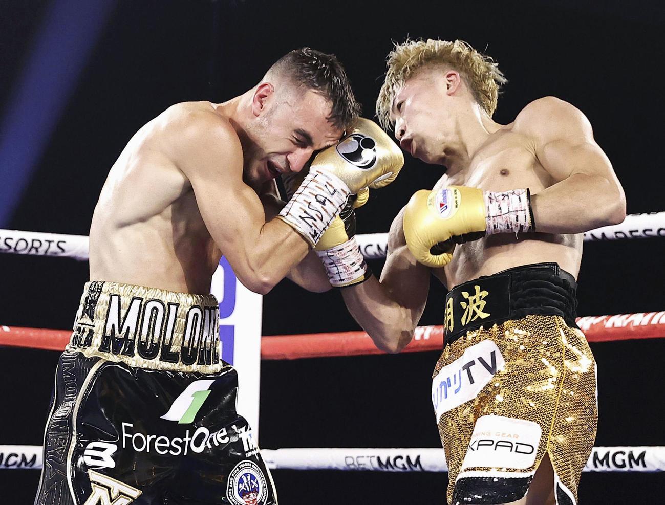 WBA、IBFバンタム級世界戦で、ジェーソン・モロニー(左)を攻める井上尚弥(トップランク社提供、ゲッティ=共同)
