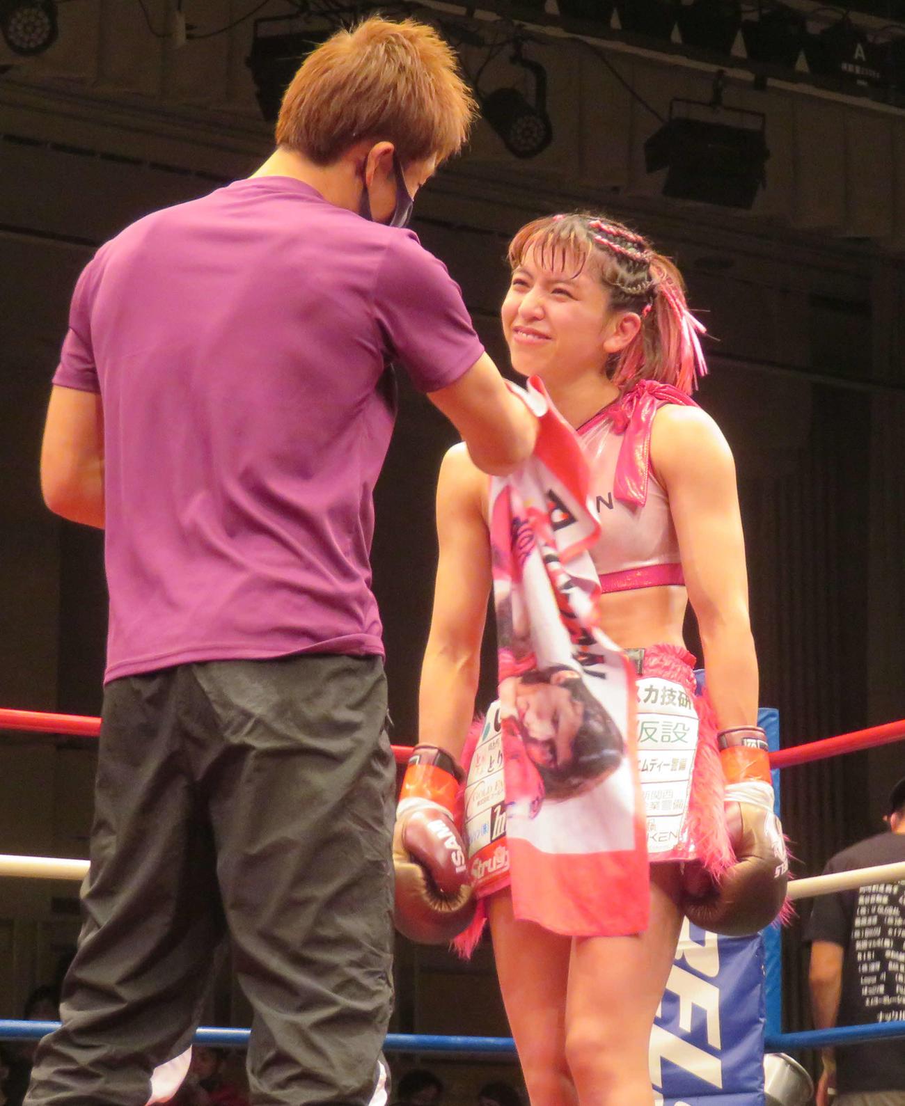 試合後、セコンドに声をかけられ、笑顔をみせるぱんちゃん璃奈(右)