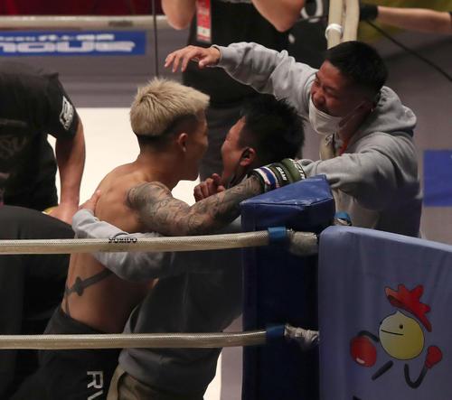 1R、開始22秒で内村洋次郎にKO勝ちしてコーチらと喜ぶ萩原京平(左)(撮影・白石智彦)