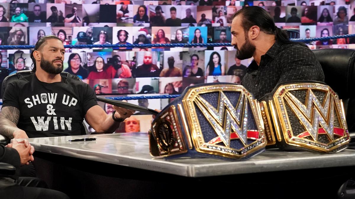 WWEヘビー級王者マッキンタイア(右)と調印式に臨んだWWEユニバーサル王者レインズ(C)2020WWE,Inc.AllRightsReserved.