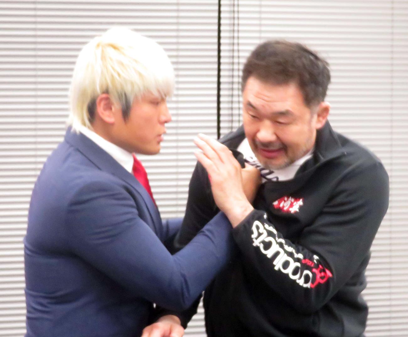 GHCナショナル選手権調印式後の会見中に桜庭和志(左)に襲いかかる拳王(撮影:松熊洋介)
