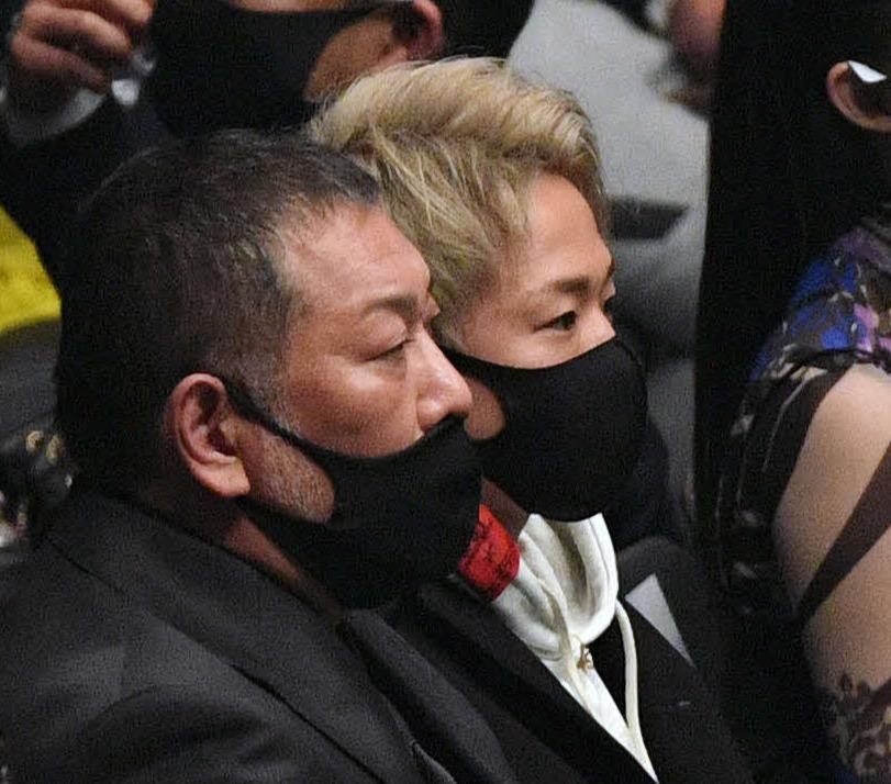 観戦する清原氏(手前)と武尊(撮影・滝沢徹郎)