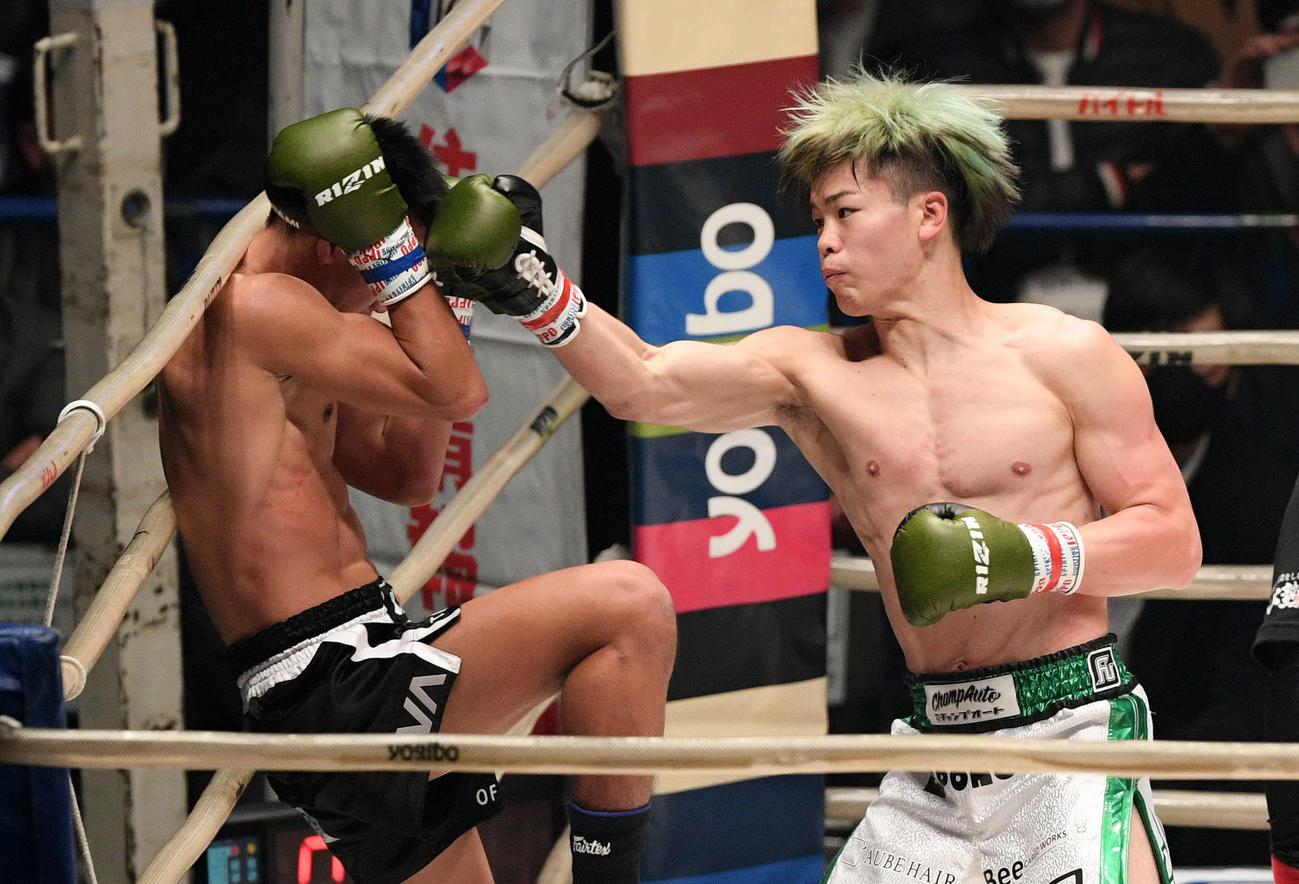 3回、クマンドーイ・ペットジャルーンウィット(左)にパンチを見舞う那須川天心(撮影・滝沢徹郎)
