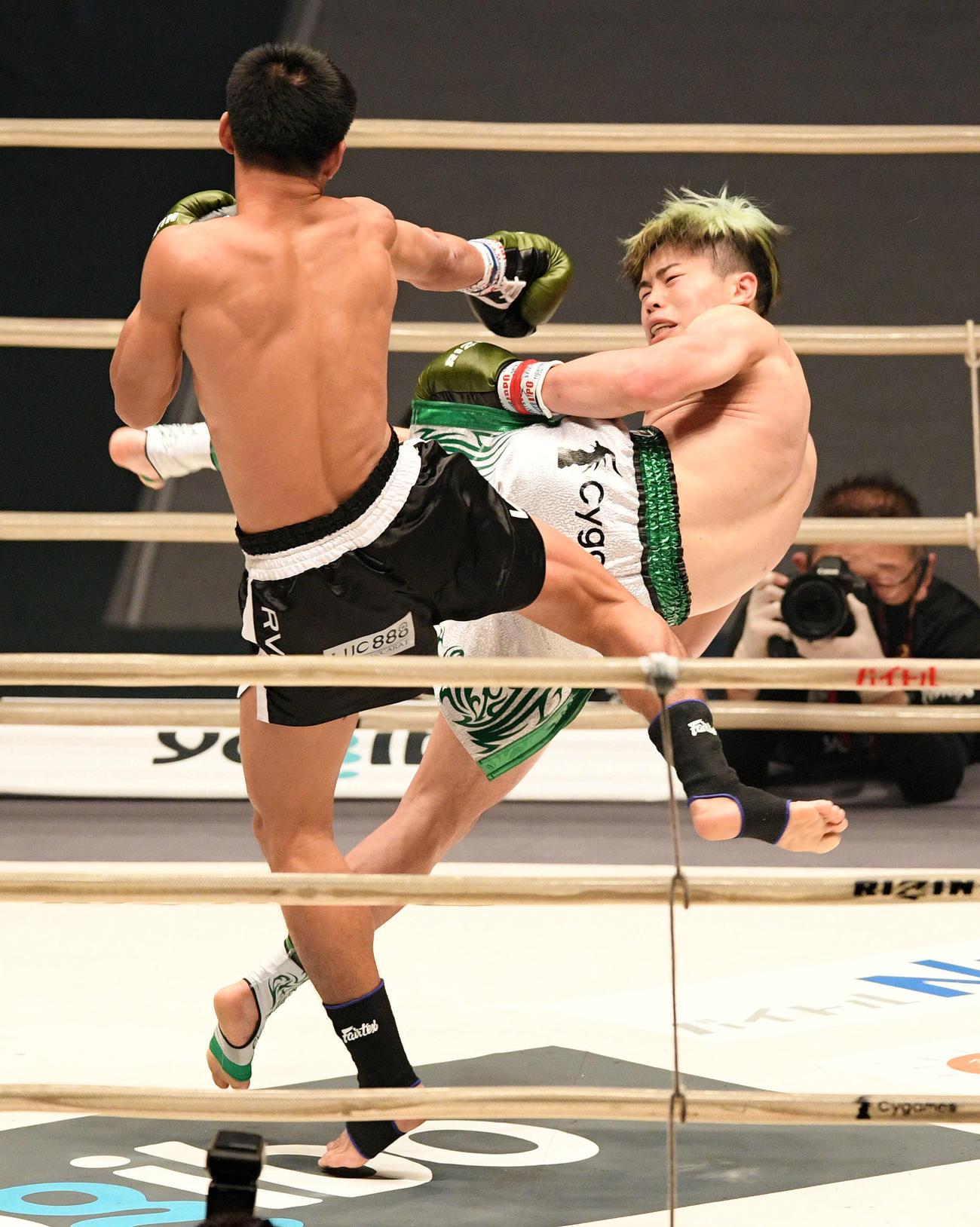 3回、クマンドーイ・ペットジャルーンウィット(左)に蹴りを見舞う那須川天心(撮影・滝沢徹郎)