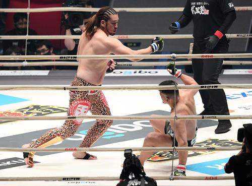 1回、HIROYA(右)からダウンを奪うシバター(撮影・滝沢徹郎)