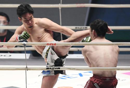 1回、弥益ドミネーター聡志(右)にハイキックを見舞う朝倉未来(撮影・滝沢徹郎)