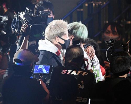 試合後、会場を訪れた武尊(左)と抱き合う那須川(撮影・滝沢徹郎)