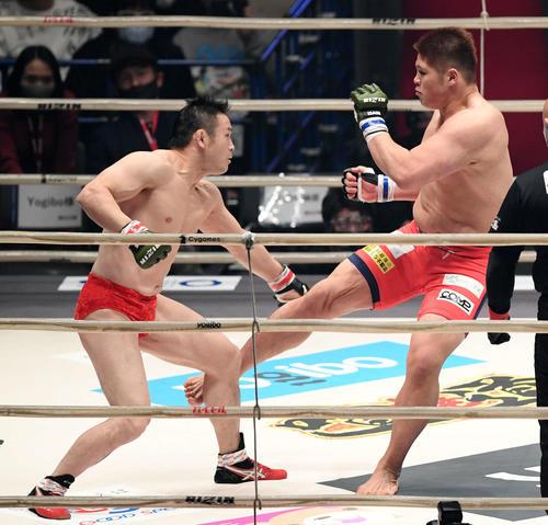 1回、ミノワマン(左)に蹴りを見舞うスダリオ剛(撮影・滝沢徹郎)