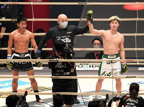 クマンドーイ・ペットジャルーンウィット(左)に判定勝ちした那須川天心(撮影・滝沢徹郎)