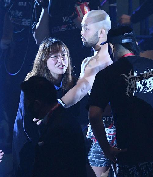 試合後、妻の登坂絵莉(左)から祝福される倉本一真(撮影・滝沢徹郎)