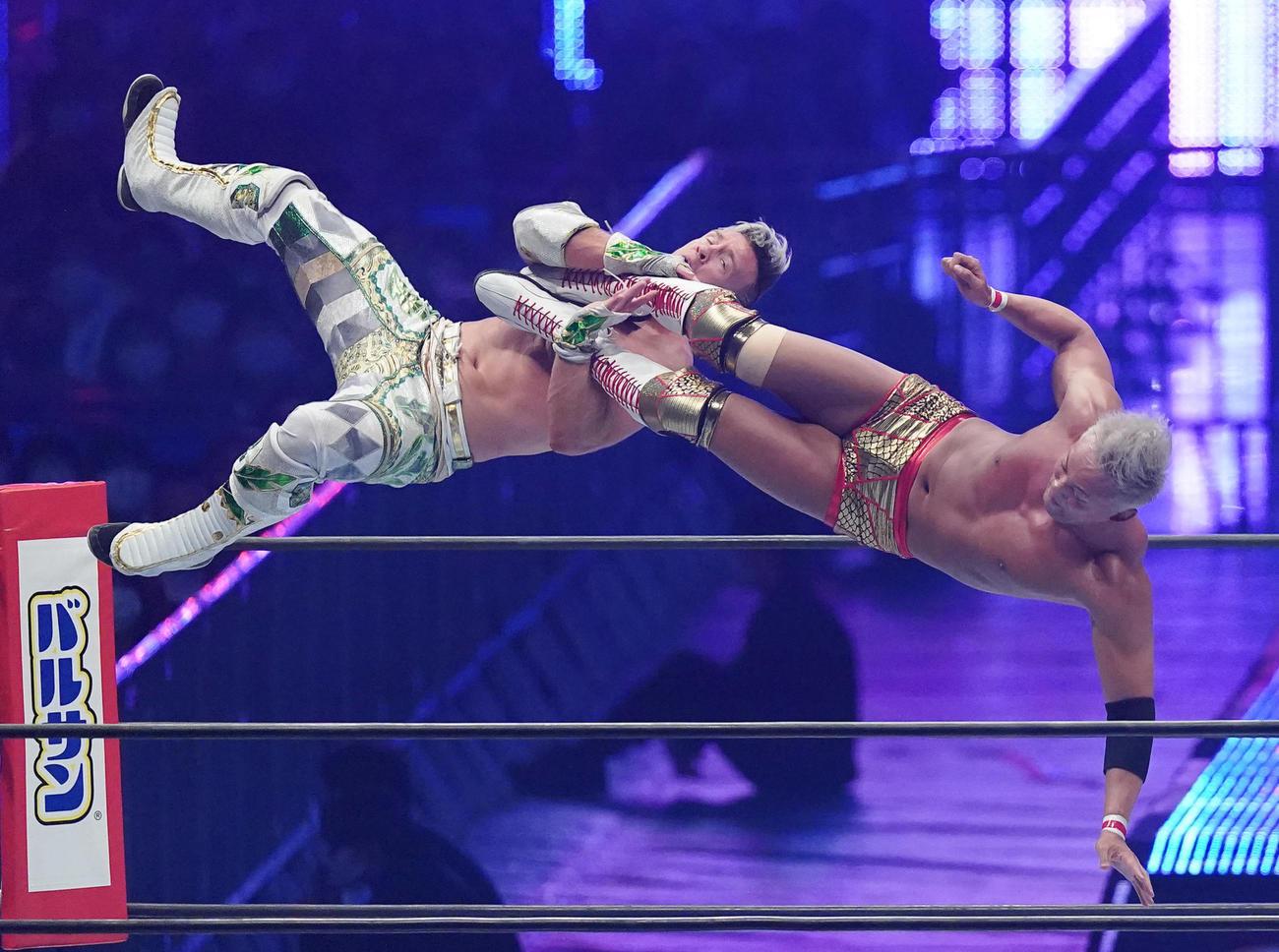 トップロープから襲い掛かるウィル・オスプレイ(左)にドロップキックを炸裂させるオカダ・カズチカ(撮影・菅敏)