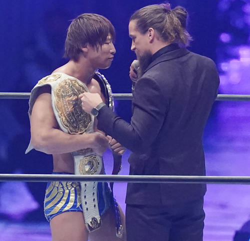 内藤哲也に勝利し、2本のIWGPチャンピオンベルトを手にした飯伏幸太は、挑戦者ジェイ・ホワイト(右)の挑発を受ける(撮影・菅敏)