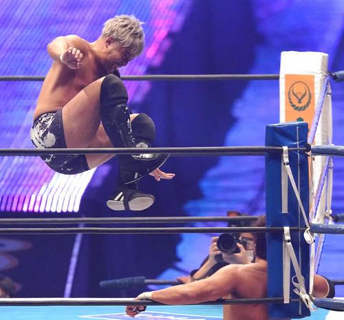 コーナーに倒れ込んだ小島聡(右)に串刺しドロップキックを炸裂させるKENTA(撮影・菅敏)
