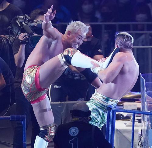 ウィル・オスプレイ(右)にキックを炸裂させるオカダ・カズチカ(撮影・菅敏)