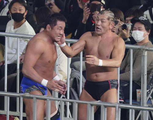 バトルロイヤルに出場し、リングから落ち敗退した永田裕志(左)と鈴木みのるは、場外で乱闘する(撮影・菅敏)