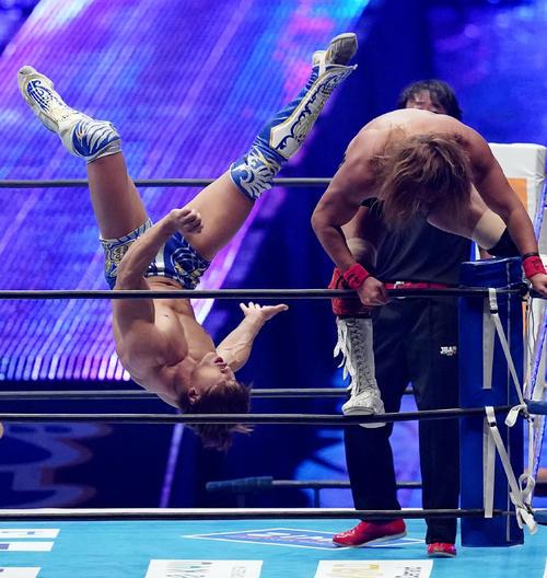 トップロープに上がった内藤哲也(右)にキックを炸裂させる飯伏幸太(撮影・菅敏)