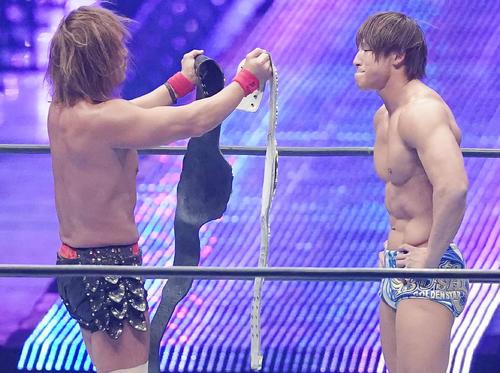 内藤哲也(左)から2本のIWGPチャンピオンベルトを手渡され、感極まる飯伏幸太(撮影・菅敏)