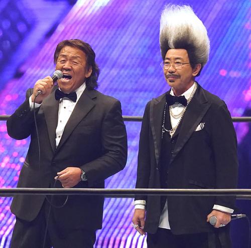 新日本プロレス「WRESTLEKINGDOM」のオープニングセレモニーに登場した長州力(左)と木梨憲武ことドン・キナシ(撮影・菅敏)