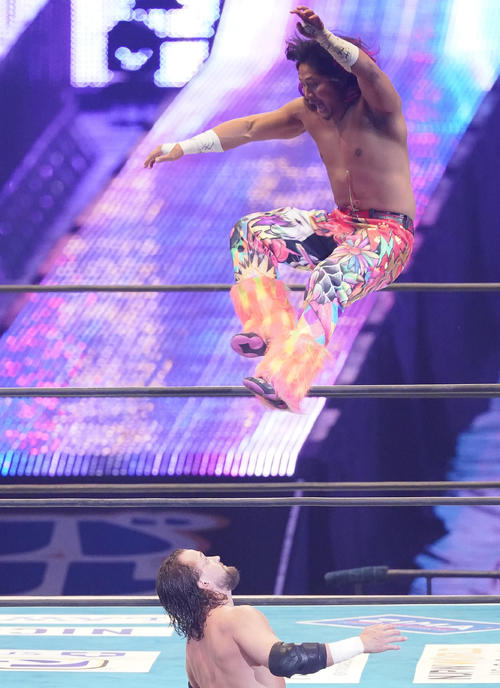 トップロープから場外のエル・ファンタズモ(下)に襲い掛かる高橋ヒロム(撮影・菅敏)