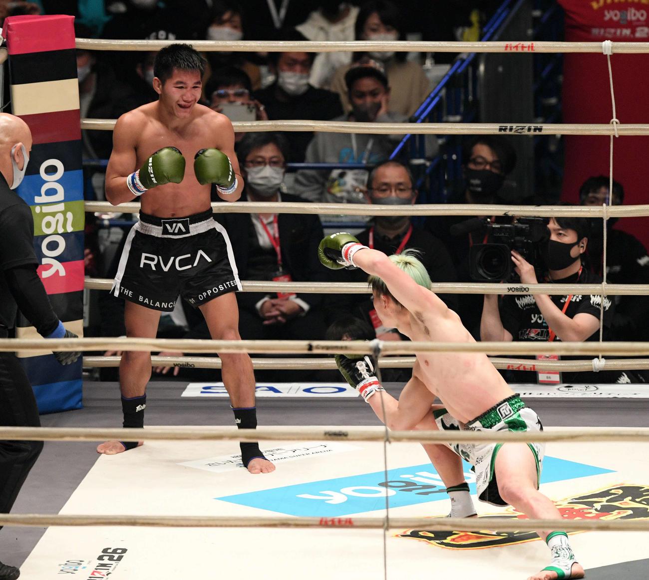 3回、那須川天心(右)のトリケラトプス拳の構えに苦笑いするクマンドーイ・ペットジャルーンウィット(撮影・滝沢徹郎)