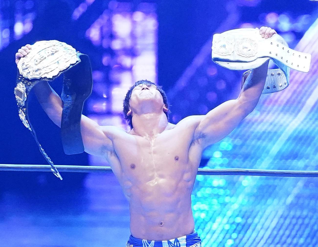 内藤に勝利し、IWGPの2本のベルトを掲げる飯伏(撮影・菅敏)